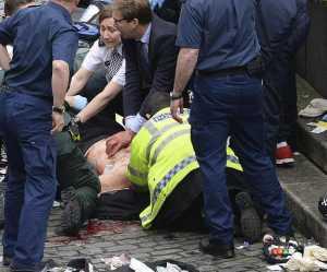 Il deputato Tobias Ellwood mentre tenta di rianimare l'agente a Westminster Bridge.