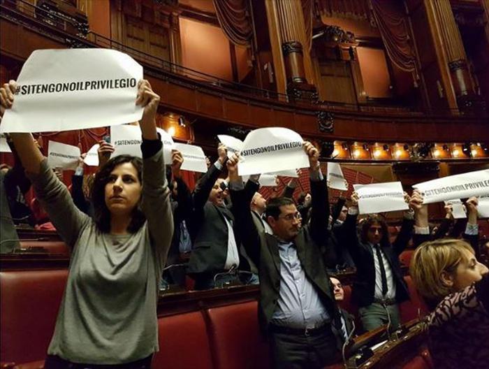 Un momento della protesta alla Camera dei deputati M5S contro i vitalizi parlamentari