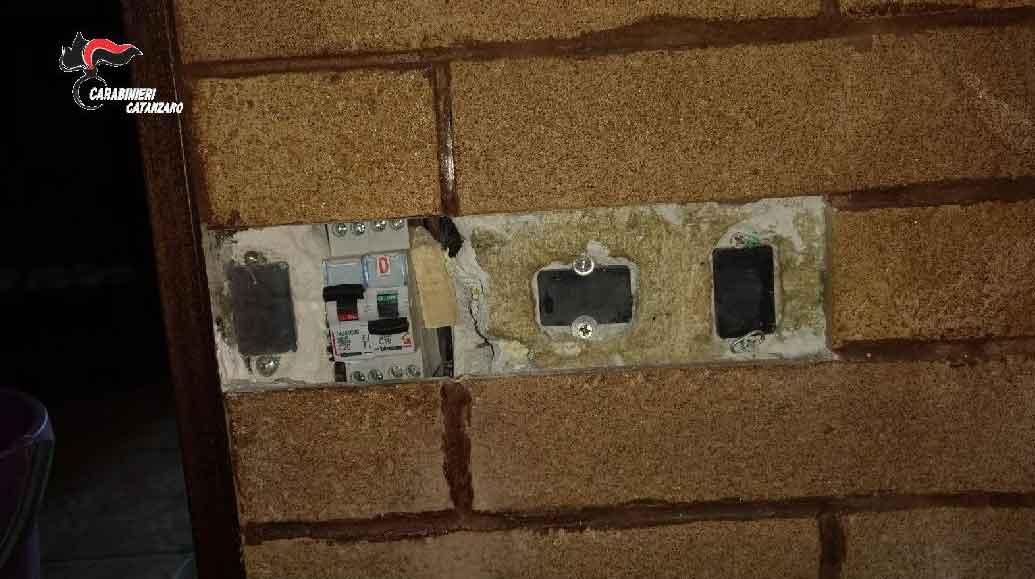 Uno degli allacci abusivi alla rete elettrica scoperti a Lamezia Terme