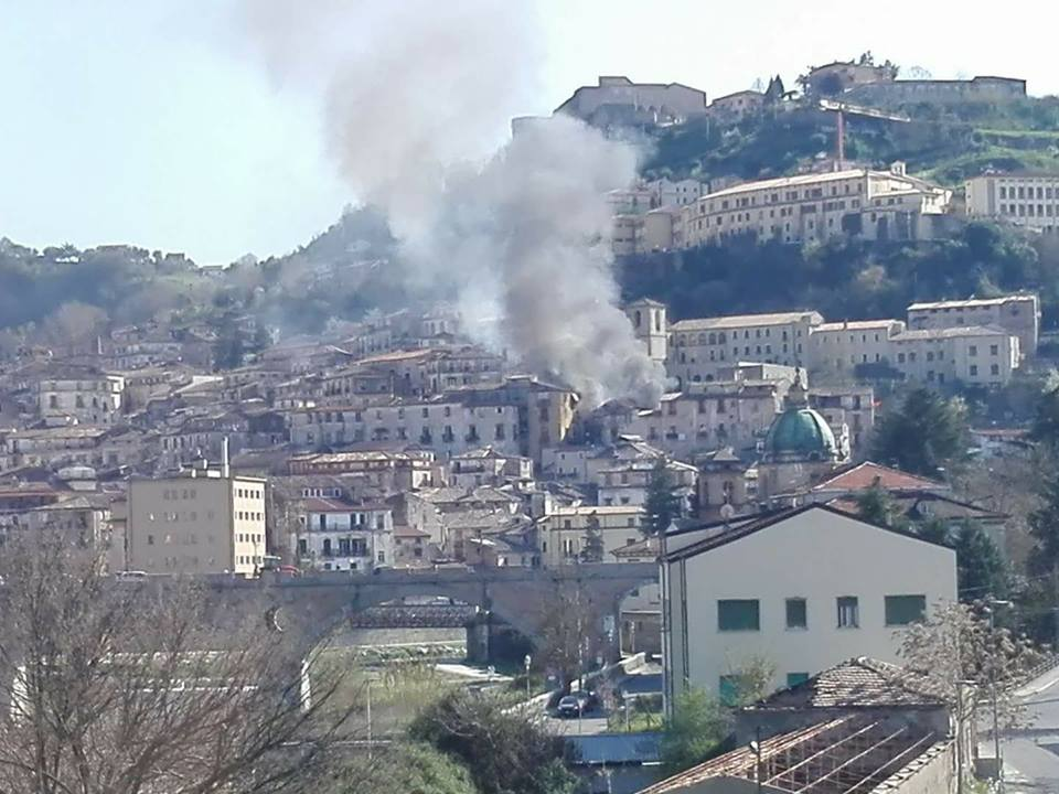 La palazzina in fiamme nel centro storico di Cosenza