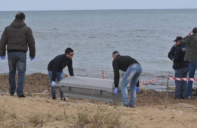 polizia spiaggia cadavere