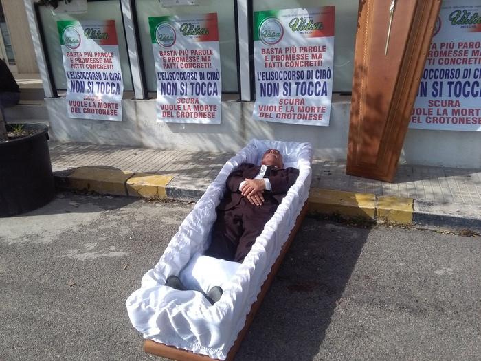 Protesta Amoruso per elisoccorso Cirò Marina davanti la prefettura di Crotone