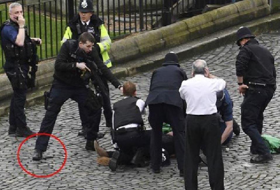 Il terrorista a Londra circondato dagli agenti a Londra. Cerchiato il coltello dell'aggressore