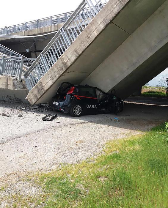 L'auto dei Carabinieri dopo crollo della rampa a Fossano (Ansa/Sasso)