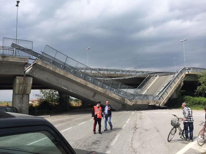 L'auto dei Carabinieri dopo crollo della rampa a Fossano