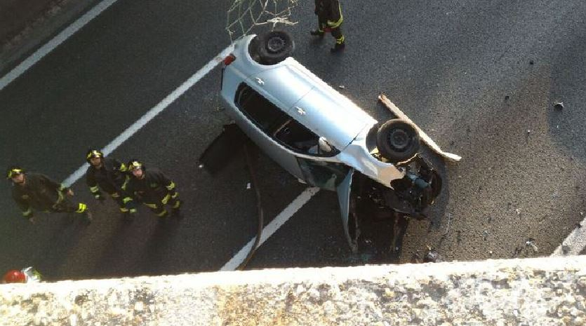 Varese, auto cade dal cavalcavia sull'A8: grave un ragazzo di 20 anni