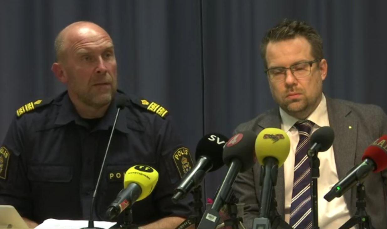 Gli investigatori svedesi durante la conferenza stampa sull'arresto dell'attentatore a Stoccolma