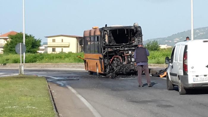 L'autobus urbano che ha preso fuoco a Lamezia Terme.