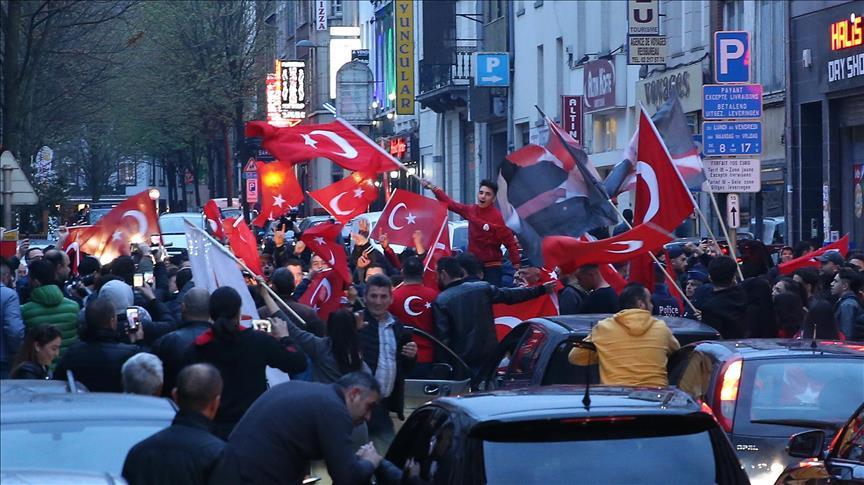 I sostenitori del Si festeggiano in Turchia per la vittoria di Erdogan