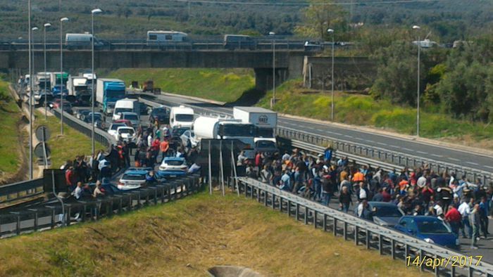 Lavoratori portuali Gioia Tauro bloccano autostrada Salerno-Reggio
