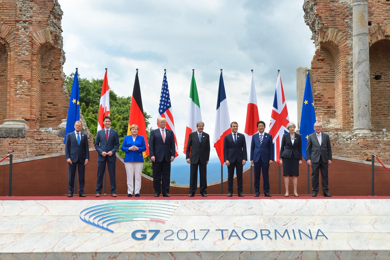 I sette leader al G7 di Taormina. Ai lati Tusk e Junker (Ue)