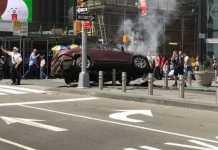L'auto semi ribaltata su cordoli a Manhattan