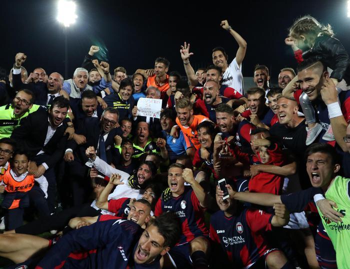 I calciatori del Crotone festeggiano la permanenza in serie A