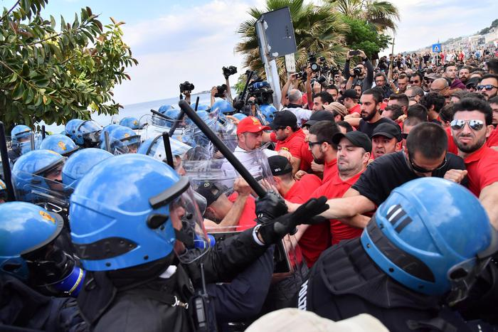 G7, a Giardini Naxos paura e negozi sbarrati per corteo antagonisti