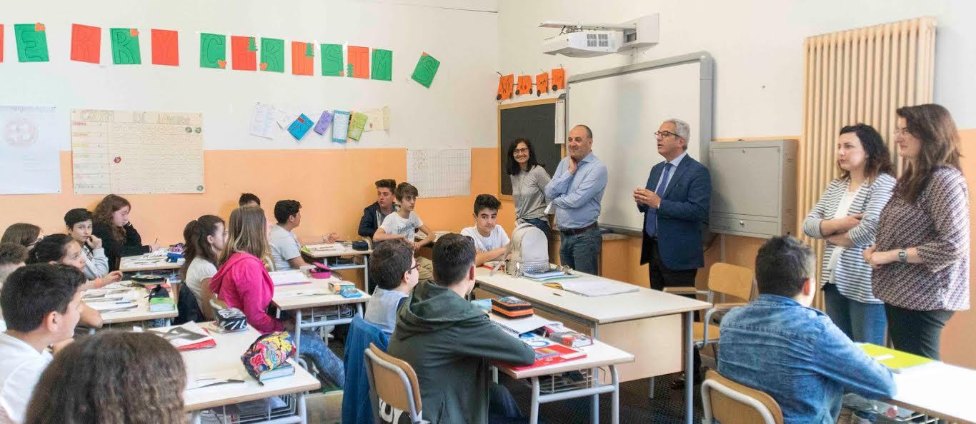 Il sindaco di Rende Marcello Manna parla con gli studenti