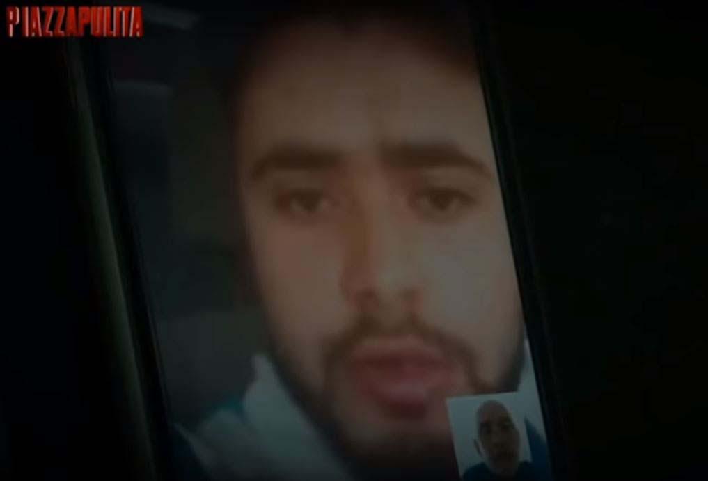 Il trafficante libico mentre parla col reporter di Piazza Pulita