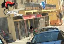 Una foto scattata dai militari che ritrae la donna mentre è fuori dalla scuola a Strongoli
