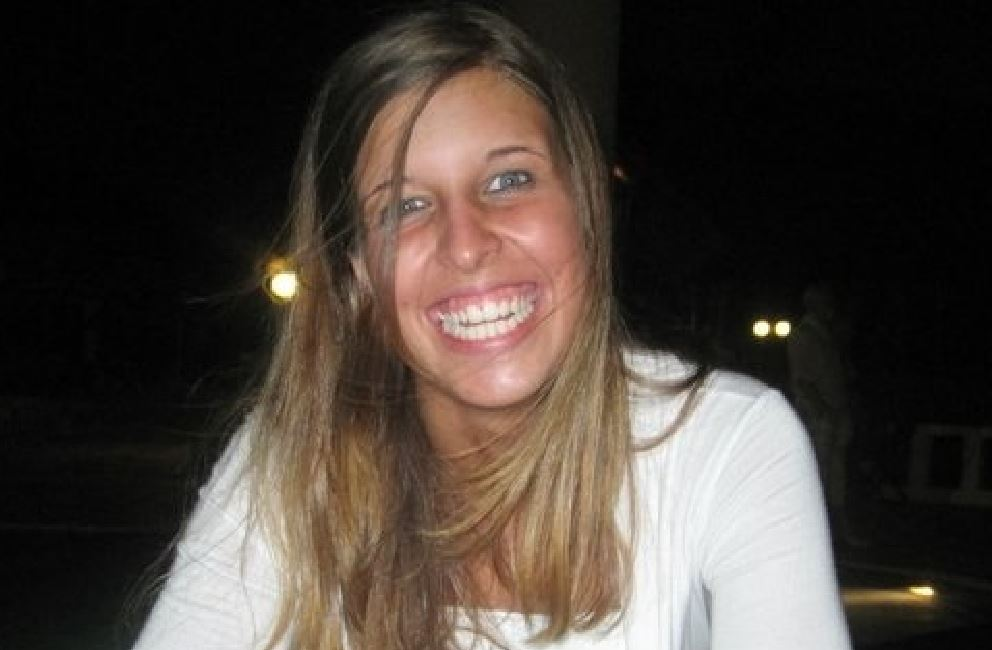 Nella foto Ansa la villetta di San Teodoro dove è avvenuto l'omicidio di Erika Preti, nel riquadro