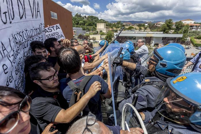 Migranti: Minniti contestato