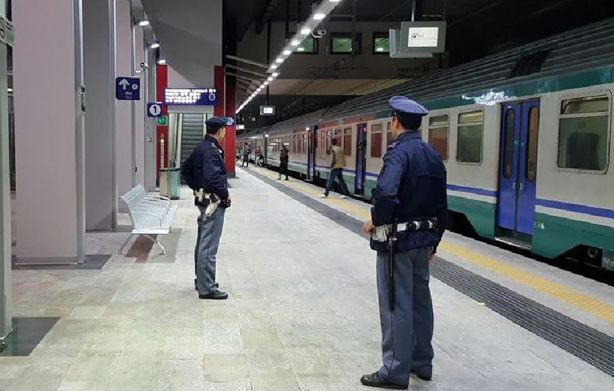 Scende dal treno per fumare: il convoglio riparte con la figlia a bordo