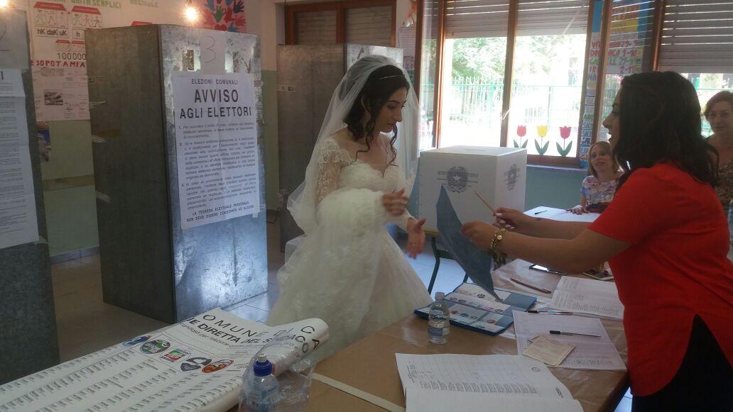 Sposa vota a Santo Janni