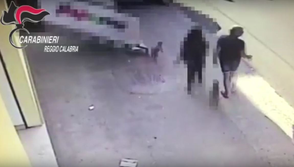 Un frame del video diffuso dagli investigatori che mostra l'uomo con la bambina