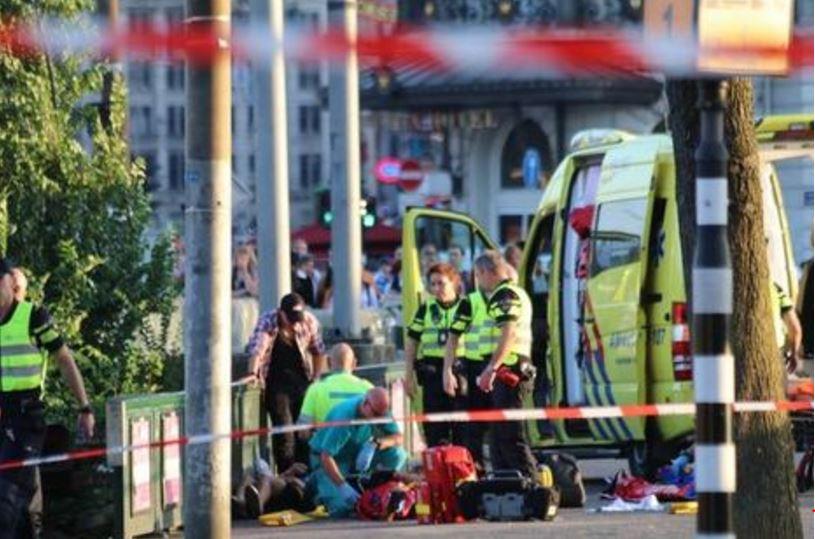 Personale sanitario soccorre un ferito ad Amsterdam