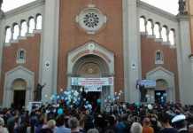 Folla davanti alla chiesa per i funerali di Francesco Prestia Lamberti