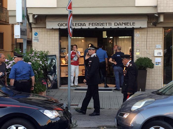 Pisa, gioielliere reagisce a rapina, ucciso bandito