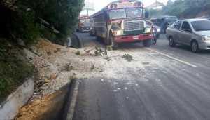 Frane sulle strade dopo il sisma in Guatemala