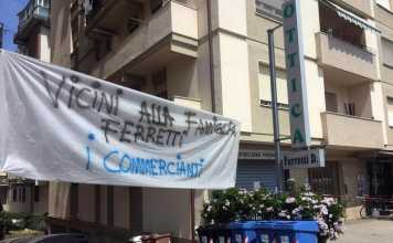 Lo striscione di solidarietà nei confronti del gioielliere Daniele Ferretti