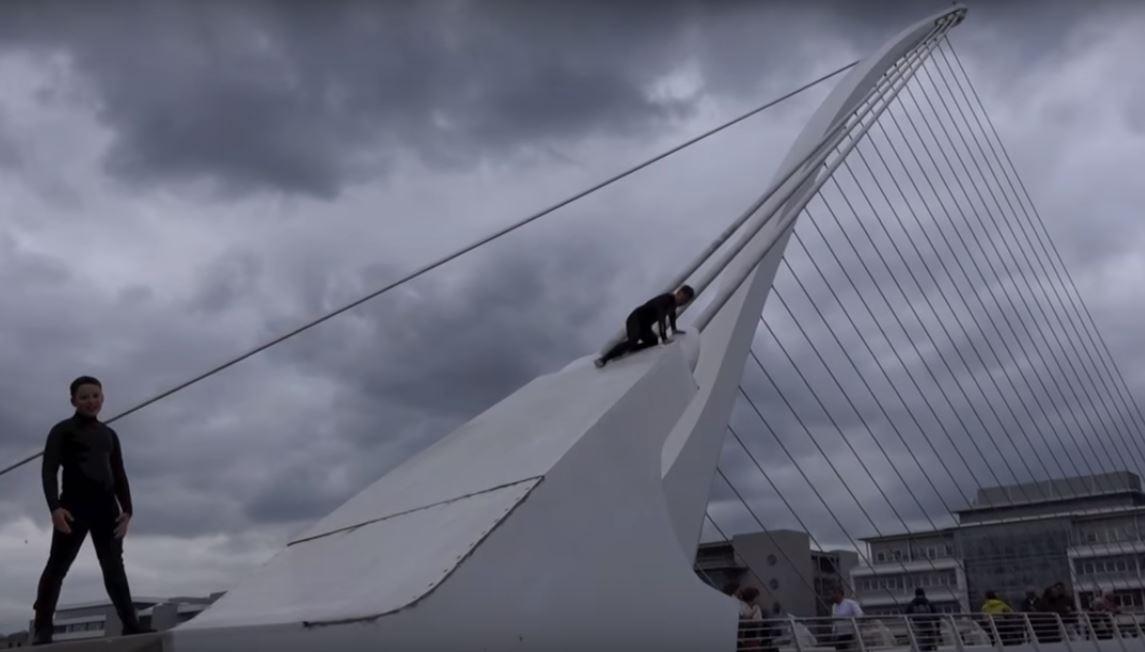 tutto pronto per l antenna del ponte di calatrava