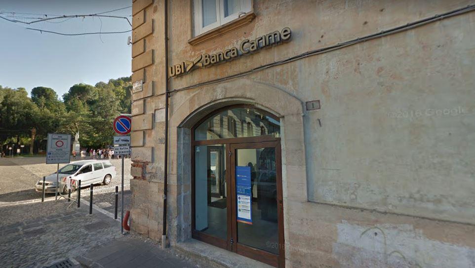 L'istituto rapinato in piazza XV Marzo a Cosenza