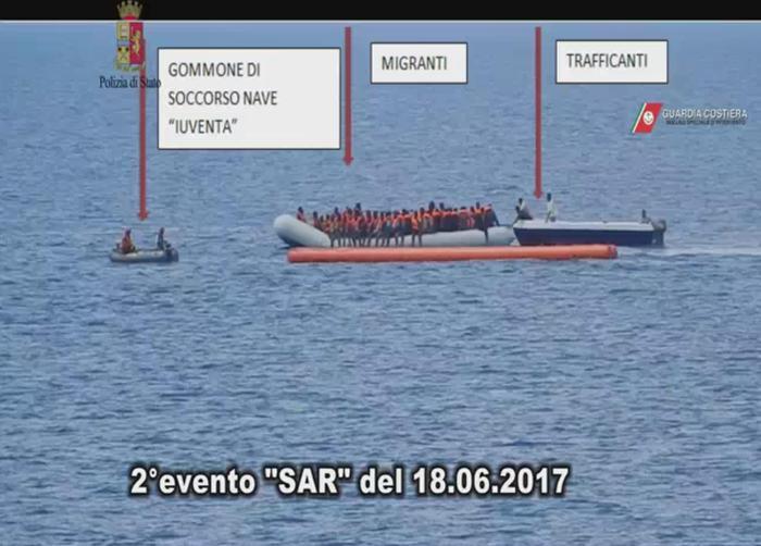 Ong scafisti - Iuventa con trafficanti - Foto Polizia Capitaneria