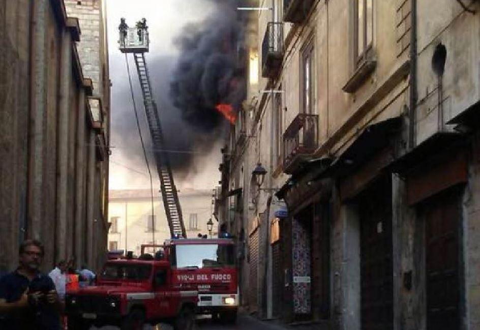 Drammatico incendio nel centro storico di Cosenza, tre morti