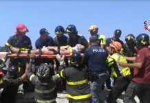 Un ferito estratto dalle macerie a Ischia