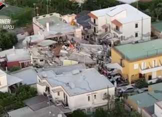 Un frame video ripreso dall'alto dai carabinieri di Napoli mostra uno scenario devastante a Ischia