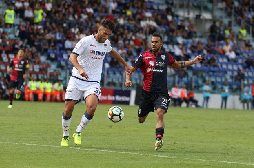 Mario Sampirisi (maglia bianca) in azione con l'autore del goal del Cagliari Marco Sau