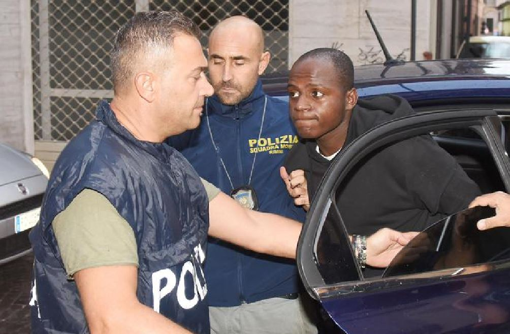 Guerlin Butungu, il ventenne congolese mentre viene condotto in Questura