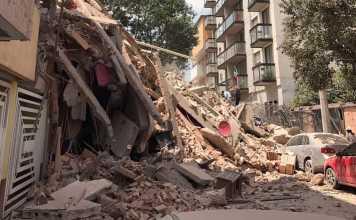 Un edificio crollato dopo il terremoto in Messico