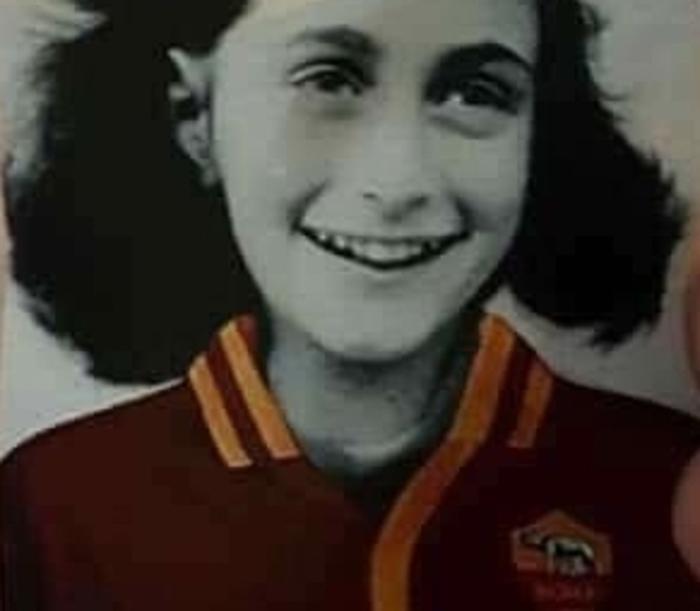 Adesivi con l'immagine di Anna Frank con la maglia della Roma apparsi in Curva sud