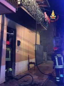 Vigili del fuoco durante intervento per spegnere incendio in abitazione in località Caronte