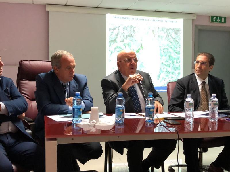 Il governatore Oliverio durante l'incontro sul nuovo ospedale di Cosenza