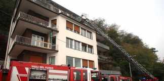 I vigili del fuoco al lavoro per spegnere un incendio in un'appartamento di Como