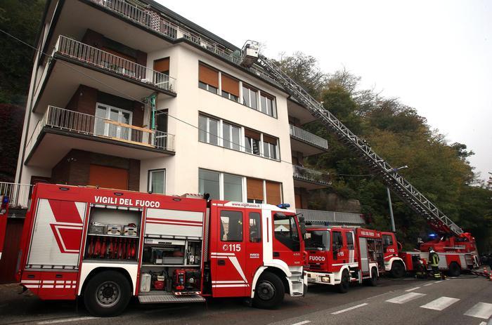 I vigili del fuoco al lavoro per spegnere il drammatico incendio a Como