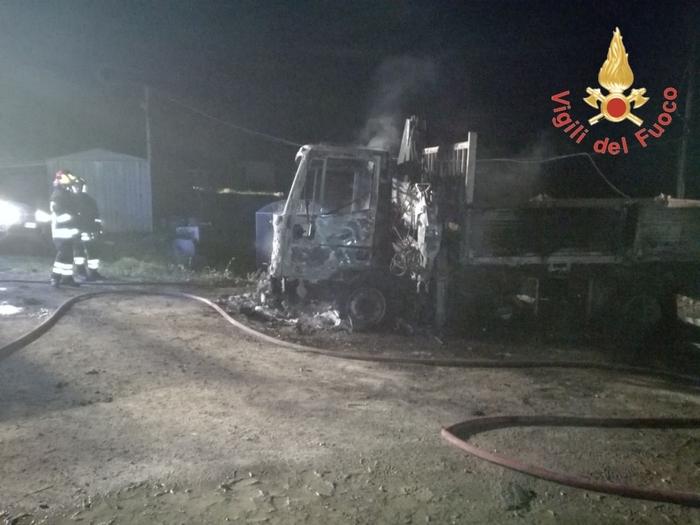 Uno dei mezzi dell'impresa edile distrutti da un incendio a Decollatura.