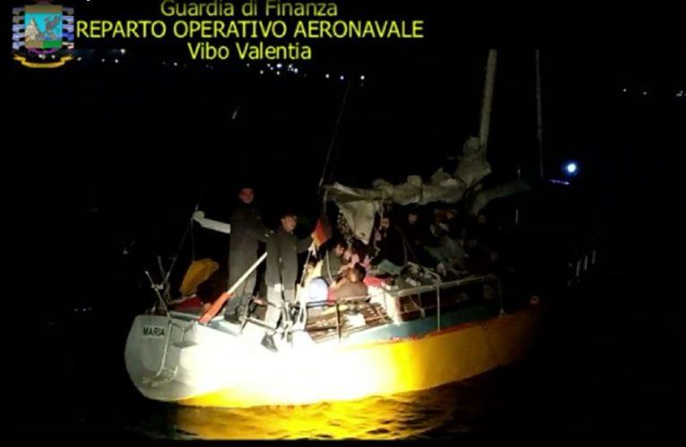 Veliero con 56 immigrati intercettato a Crotone, arrestati 3 scafisti