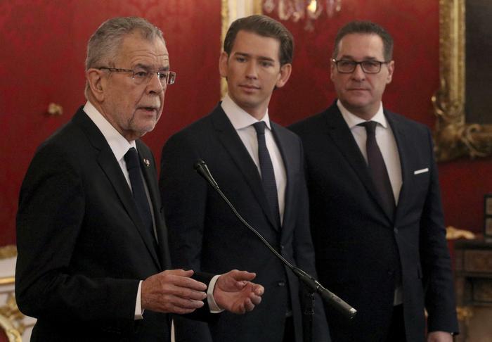 Da sinistra il presidente della Repubblica dell'Austria, Alexander van der Bellen il neo premier Sebastian Kurz e il vice Heinz-Christian Strache