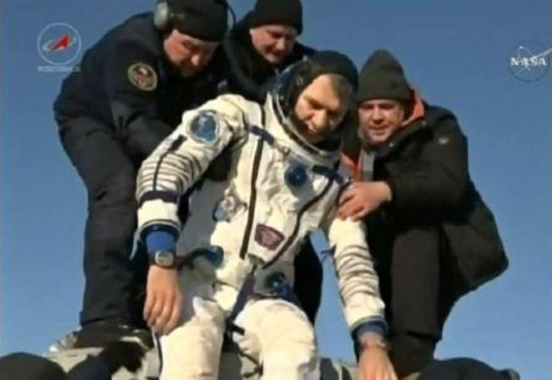 Paolo Nespoli subito dopo l'atterraggio inKazakhstan