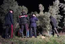 Inquirenti sul luogo dove è stato rinvenuto il cadavere di una donna fatto a pezzi a Valeggio sul Mincio Verona